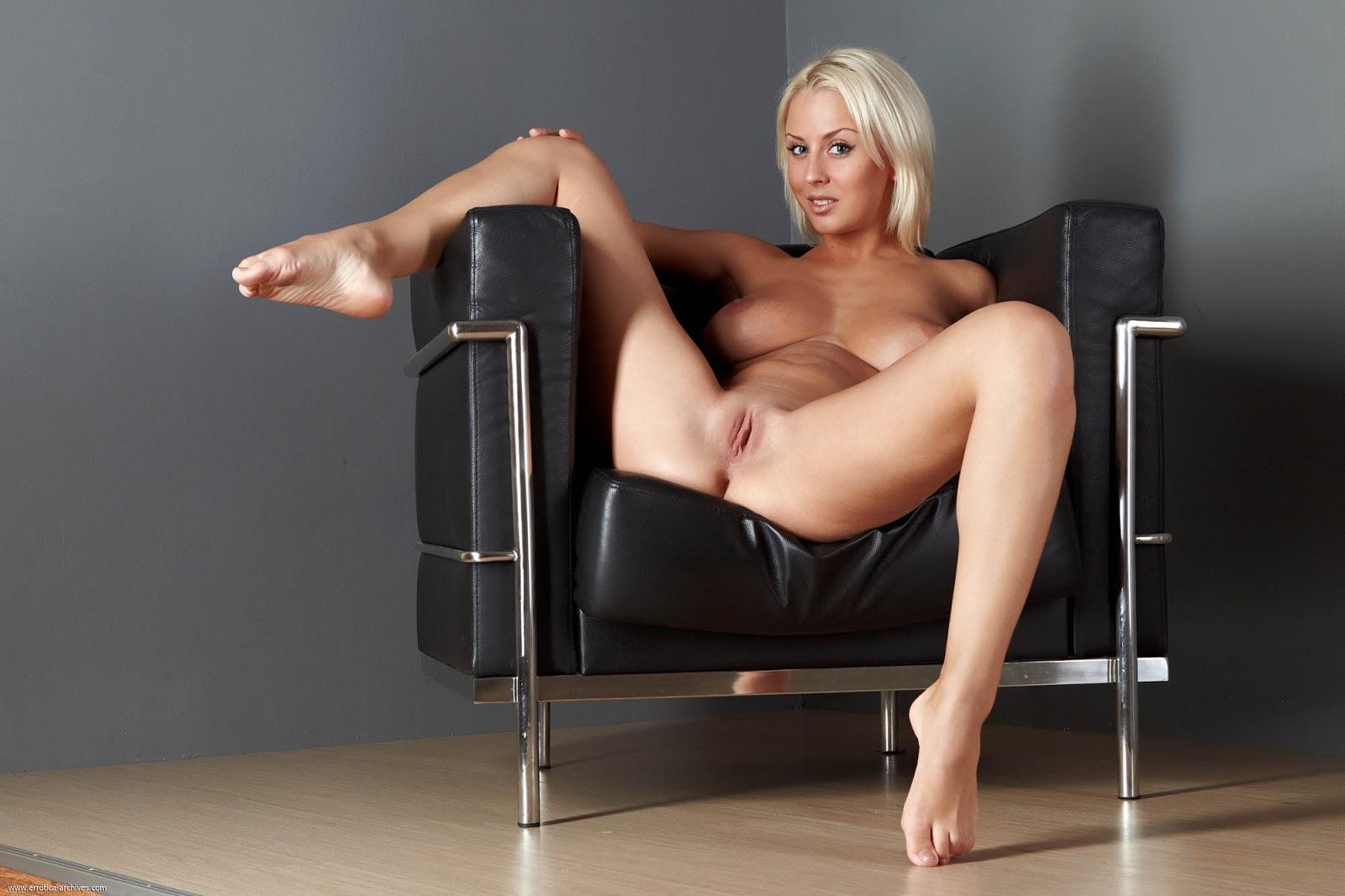 порно фото раздевается в кресле про выпадение всякое