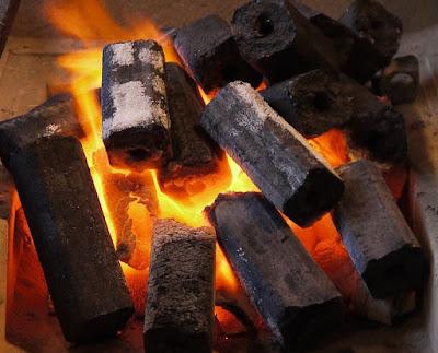TIPS KESEHATAN ALAMI - Arang adalah sesuatu yang di hasilkan dari hasil pembakaran. Jika berbicara tentang arang, mungkin dibenak kita langsung terlintas jika arang itu berhubungan dengan sate atau bakar bakaran, seperti ayam bakar atau bebek bakar. Dah lupakan....terlepas dari itu semua, sebenarnya arang memiliki manfaat yang lebih untuk kecantikan dan juga kesehatan. Mau tau khasiat arang untuk kesehatan dan juga kecantikan, yuk simak bareng bareng :  Manfaat Arang Untuk Kesehatan Dan Kecantikan Yang Jarang Orang Tau   Menyamarkan noda jerawat Arang ternyata memiliki manfaat untuk menyembuhkan jerawat dan juga menghilangkan noda hitam bekas jerawat. Kamu hanya perlu mencampurkan arang halus dengan air mawar atau air biasa, lalu oleskan sebagai masker pada wajah, kemudian bilas dengan air hangat. Cara ini merupakan obat alami yang dapat membantu mengeringkan jerawat pada area wajah.  Menutup pori-pori besar Memiliki pori-pori yang besar dapat menyebabkan kotoran, polusi, dan zat kimia dari kosmetik kamu menumpuk dikulit sehingga memicu munculnya komedo. Nah, dengan memakai masker yang berbahan dasar arang ini dipercaya dapat mengangkat semua kotoran dalam pori-pori dan mengecilkan pori-pori kulit wajah kamu.  Menyeimbangkan produksi minyak di wajah Kamu yang punya jenis kulit berminyak, dapat memanfaatkan arang untuk menyeimbangkan produksi minyak diwajah. Untuk mendapat wajah yang lembab dan produksi minyak yang lebih seimbang, kamu bisa rutin memanfaatkan kandungan arang secara langsung. Kamu bisa menggunakan masker atau produk pembersih wajah dengan kandungan utama arang agar wajah kamu tidak menjadi kering setelah penggunaan.  Mengatasi kulit kusam Pencemaran udara seperti asap motor, debu jalanan, radiasi sinar ultraviolet dan asap rokok membuat kulit wajah terlihat kusam. Namun dengan menggunakan arang sebagai karbon aktif, seluruh polutan tersebut bisa terangkat sempurna. Kamu bisa mengoleskan masker sederhana dari arang ini pada area wajah, sambil dipijat s