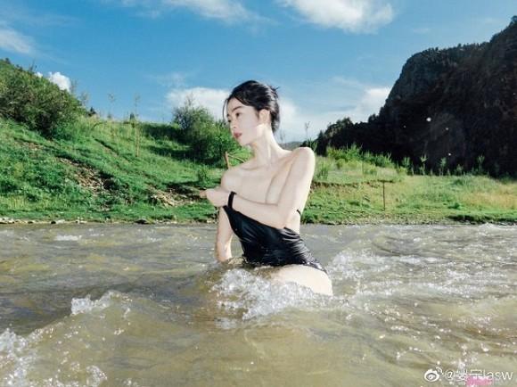 Cô gái xinh đẹp gây sốc khi thả rông vòng 1 bên bờ suốt, CĐM lùng bằng được info