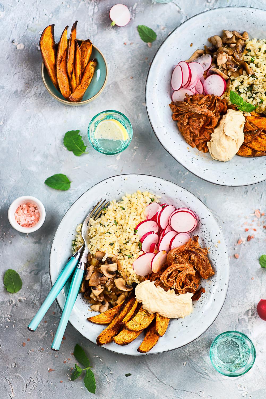 Szybki i zdrowy obiad: bulgur z dodatkami (pieczarkami, rzodkiewką, pieczonymi batatami i hummusem)