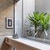 Lavabo aberto para o jardim de inverno com cuba oculta, torneira de teto e parede de concreto!