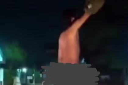Pria  Di Klaten Bugil  Berdiri Bonceng Motor,Gegara Kalah Taruhan Bola