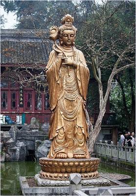 เจ้าแม่กวนอิมกลางสระในวัดหงฝู (Hongfu Temple)