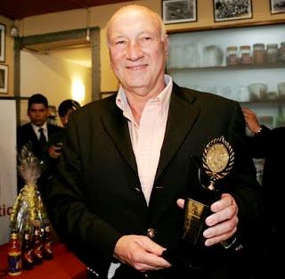 Foto de Gino Pinasco feliz con premio