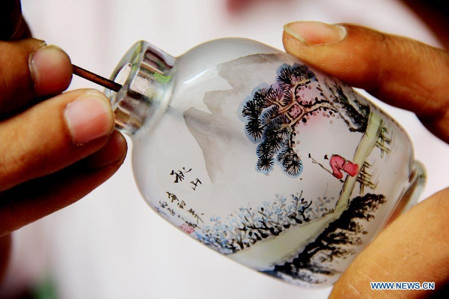 03-Liu Zhengyao-Snuff-Bottles-Painted-from-the-Neck-on-the-Inside-www-designstack-co