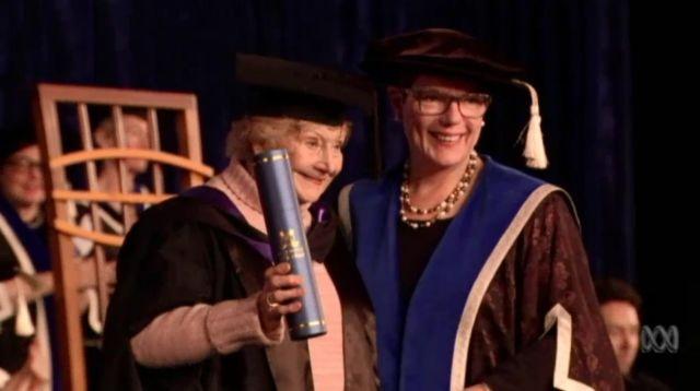 Salut, Seorang Nenek Asal Australia Lulus S2 di Usia 90 Tahun