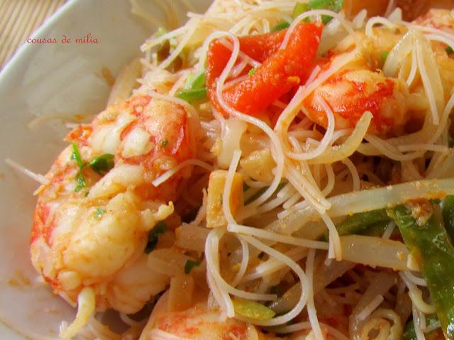 Langostinos y noodles tailandeses con jengibre