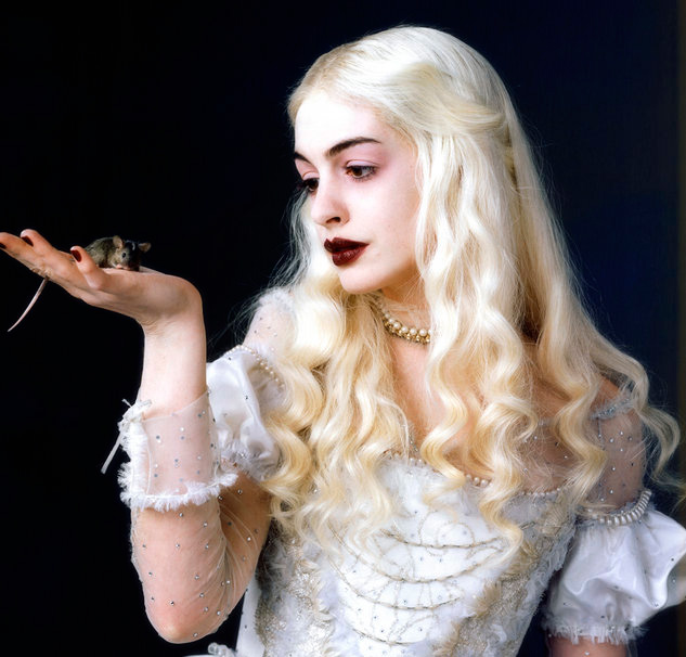 Rainha Branca segurando um ratinho