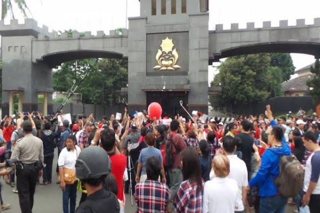 Habib Bahar Dipindah ke Nusakambangan gegara Digeruduk Pendukung, Dulu Ahok Kenapa Nggak?