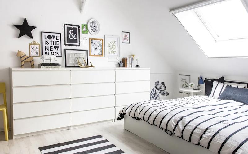 Dormitorio con sistema de almacenamiento de la ropa abierto