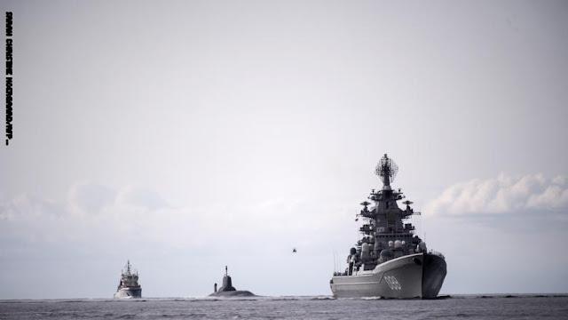 """كان الأسطول الخامس للبحرية الأمريكية الذي يشرف على العمليات البحرية في الشرق الأوسط، قال في بيان، الجمعة: """"في يوم الخميس ا أثناء القيام بعمليات روتينية في شمال بحر العرب، اقتربت سفينة حربية روسية بقوة من سفينة حربية أمريكية"""".  وأضاف """"لقد أطلقت السفينة الأمريكية 5 انفجارات قصيرة، وهي إشارة بحرية دولية للتنبيه لخطر الاصطدام، وطلب من السفينة الروسية تغيير المسار وفقًا للقواعد الدولية""""، مشيرًا إلى أن السفينة الروسية """"لم تغير مسارها في بادئ الأمر""""، حيث كانت قريبة جدا من السفينة الأمريكية مما زاد من فرص الاصطدام."""
