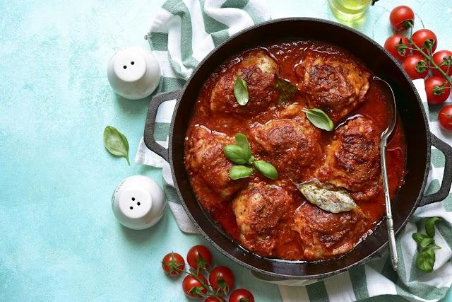 Bazsalikomos, paradicsomos szószban sült csirkecombok: az utolsó falatig leszopogatod