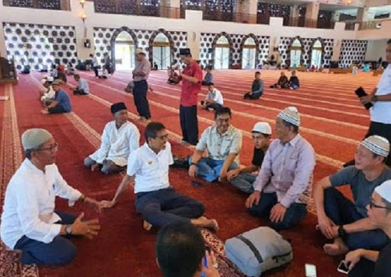 15 Turis Asal China Shalat Berjamaah di Masjid Raya Sumbar