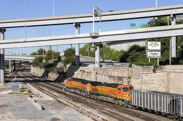 BNSF 4424 and BNSF 5671 lead a train north in the West Bottoms toward the Goose Neck.