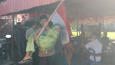 Gendong Ibu Ke TPS, Selamat Riadi Terpilih Jadi Kades Bonder