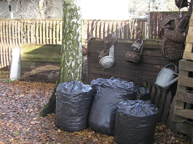 worki z liśćmi na kompost