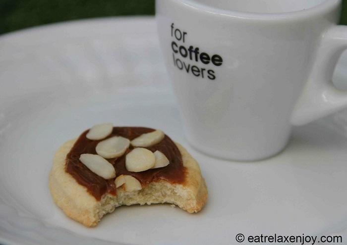 http://food.eatrelaxenjoy.com/2015/07/almond-dulce-de-leche-cookies.html