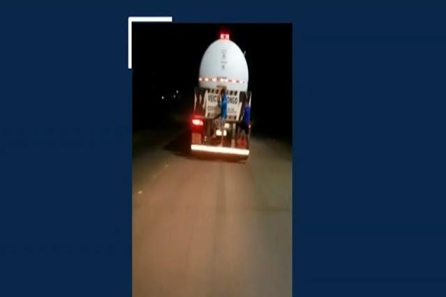 VÍDEO: Meninos são filmados pendurados na carroceria de caminhão-tanque em Porto Velho