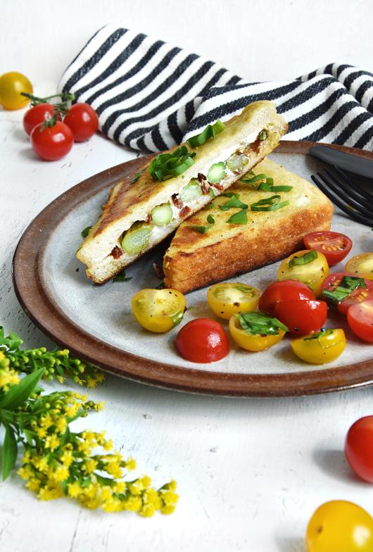 French Toast mit Spargel, Tomaten & Ziegenkäse