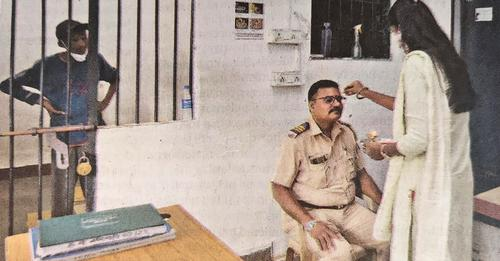 पुलिसकर्मी बंधवा रहा था राखी, लेकिन लोगों की नजरें लॉकअप पर अटक गईं