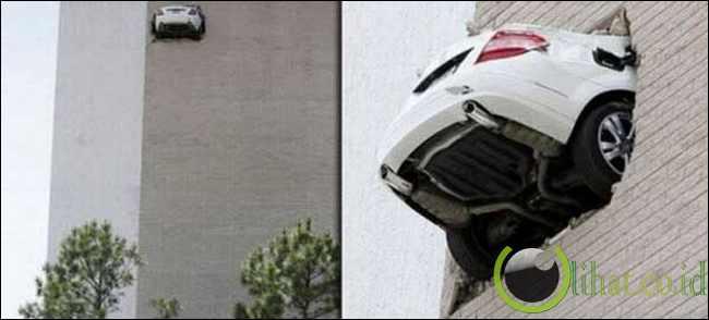 Mobil menjebol dinding gedung tinggi
