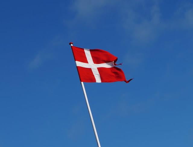 #Familienmoment Nr. 49: Was Dänemark mit einem macht. Ich bin zutiefst begeistert von Dänemark, und im Urlaub fahren wir ständig dorthin. Doch darf ich meine Begeisterung für mein Herzensland und alle dänischen Dinge auch meiner Familie, besonders meinen Kindern überstülpen? Lest meinen Familienmoment auf Küstenkidsunterwegs!