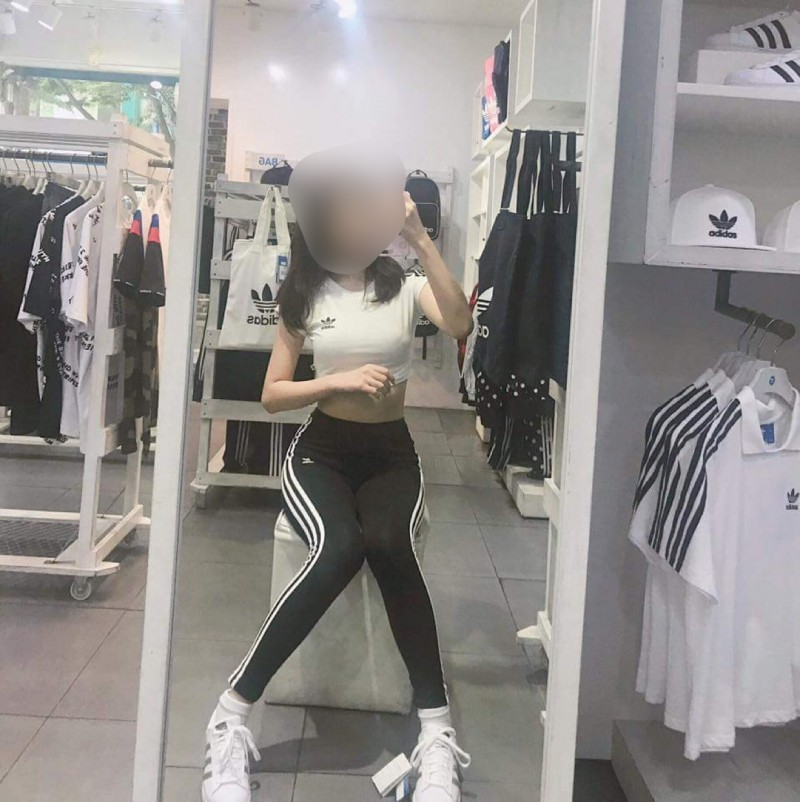 아디다스 매장에서 크롭티 거울셀카