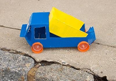 Truk mainan terbuat dari karton bekas kotak susu.