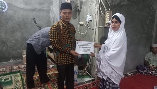 Delma Putra Serahkan Bantuan Untuk Mushalla Baitul Ikhsan Sungai Lareh