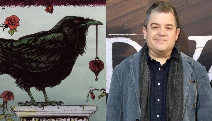 Montagem de uma imagem dividida em duas. A imagem da esquerda é um corvo segurando um colar com pingente de coração. E a direita é um homem branco de cerca de 50 anos com cabelo grisalho curto, ele está sorrindo e usando um casaco jeans e uma camisa azul.