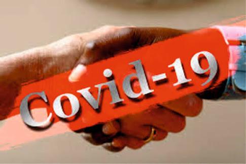 Aperto  de mão e a palavra Covid-19