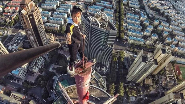 chinese daredevil rooftopper plunges -2