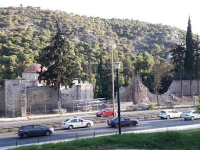 Μικροπροβλήματα στα Μουσεία εντόπισε η επιθεώρηση του υπουργείου Πολιτισμού  - Μονή Δαφνίου: κατάρρευση μέρους του τείχους