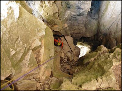 Escalando el primer largo de la vía Subterránea al Aspe
