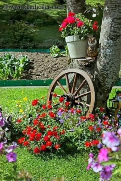 Garden art terbuat dari roda bekas.
