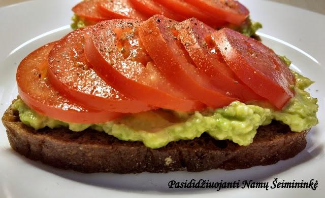 RECEPTAS: Sumuštinis su avokadu ir pomidorais