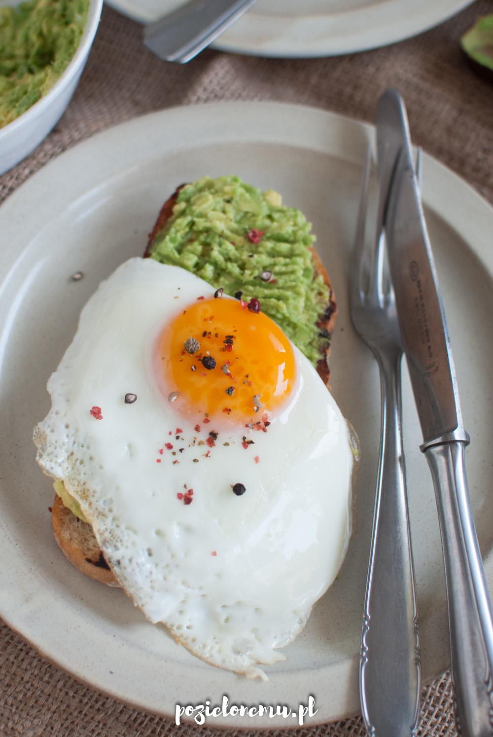 Tost z awokado i jajkiem sadzonym