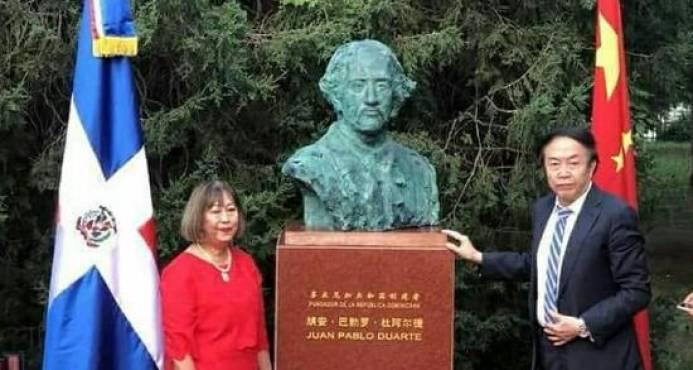 """Otro busto de Duarte genera rechazo por su parecido a un """"chino"""""""