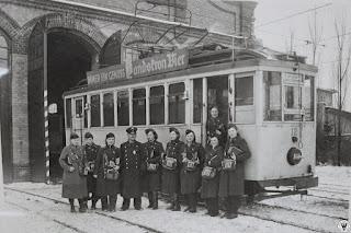 Lata 30/40. XX w. Załoga tramwaju stoi przez bramą zajedni przy dzisiejszej ulicy Wolności. Na pojeździe widoczna tabliczka kierunkowa Podgórzyn oraz reklama piwa z istniejącego do dziś browaru Landskron w Gorlitz