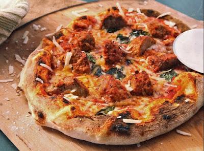 Cara Membuat Pizza dengan Topping Leftover Meatballs