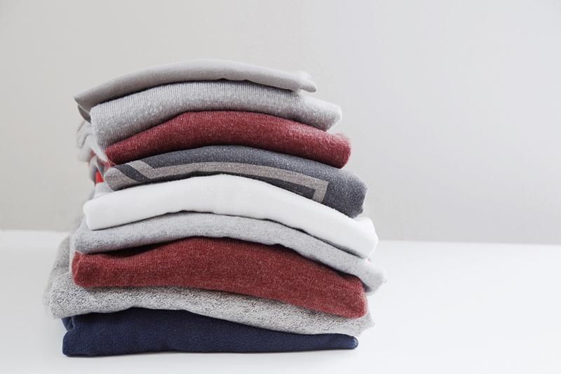 Pullover in weiß, grau, rot, dunkelblau Strick für den Herbst