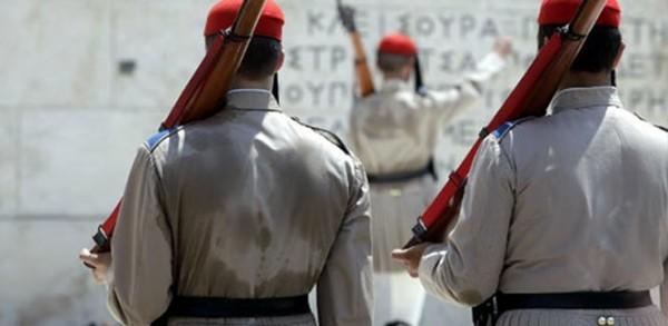 ΕΚΕΙ ΣΤΟ ΚΑΘΗΚΟΝ! Η Συγκλονιστική φωτογραφία με τον Εύζωνα σήμερα στην Αθήνα!