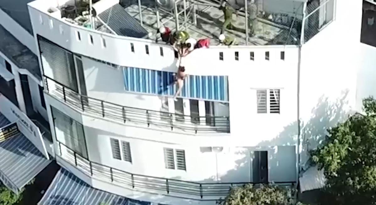 Công An giải cứu thanh niên ngáo đá nhảy lầu như film hành động hongkong