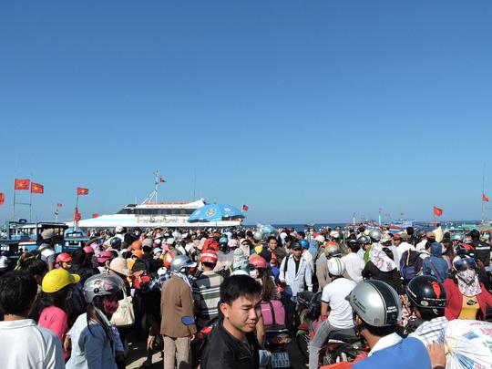 Du khách trên đảo Lý Sơn chen lấn mua vé tàu vào đất liền trong ngày 18-2