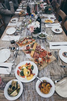 Mesa de boda con comida sobre la mesa