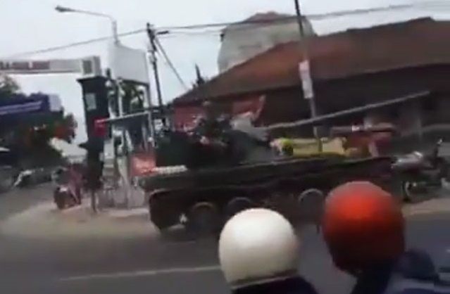 Kendaraan Tempur TNI AD Tabrak Gerobak Pedagang dan Motor