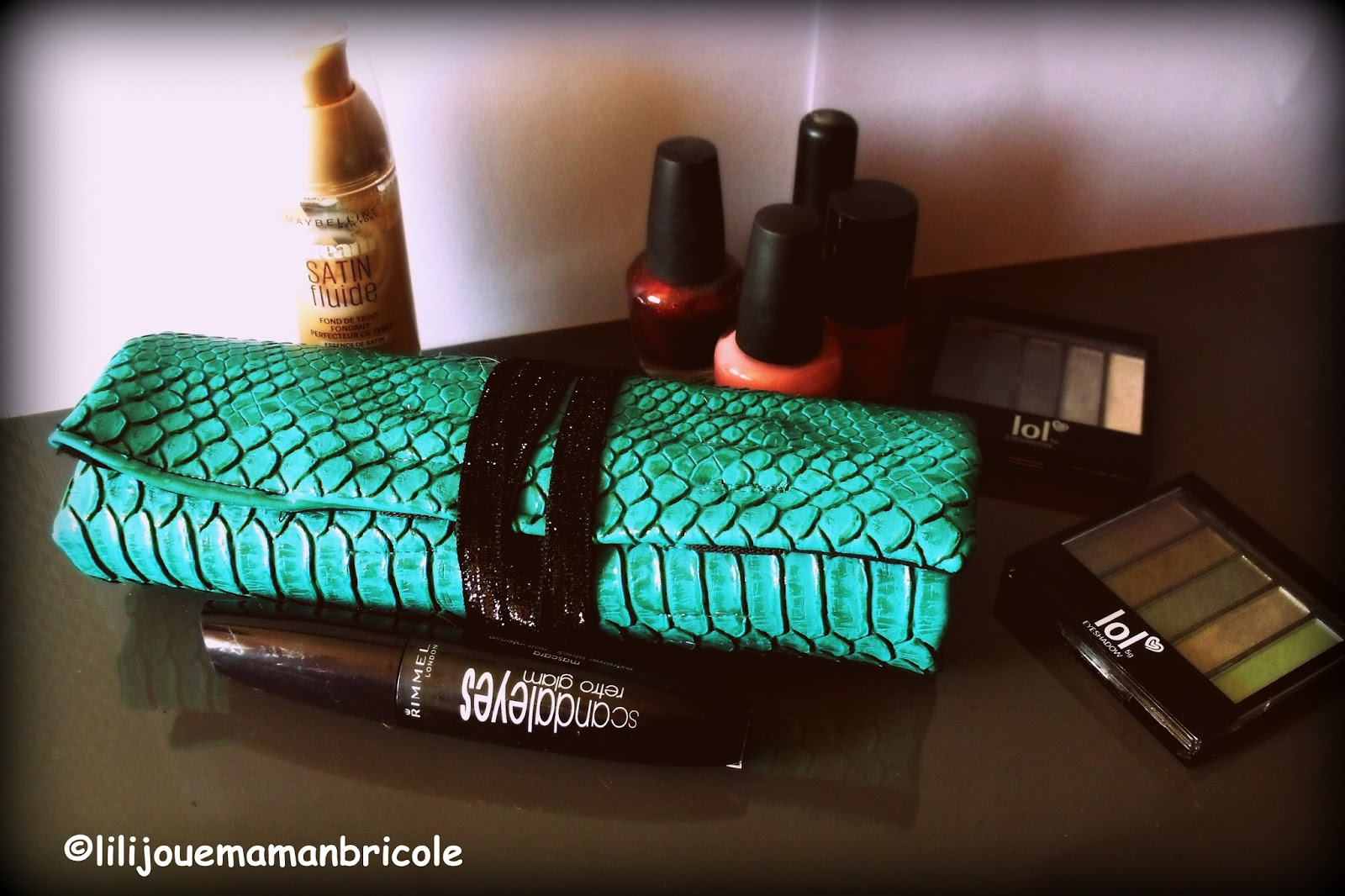 lili joue maman bricole tuto trousse a maquillage de sac. Black Bedroom Furniture Sets. Home Design Ideas