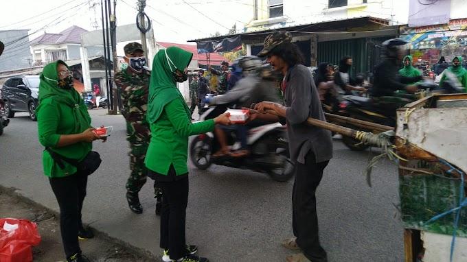 Warga Senang Dapat Takjil dan Nasi Kotak dari Persit Kodim Depok