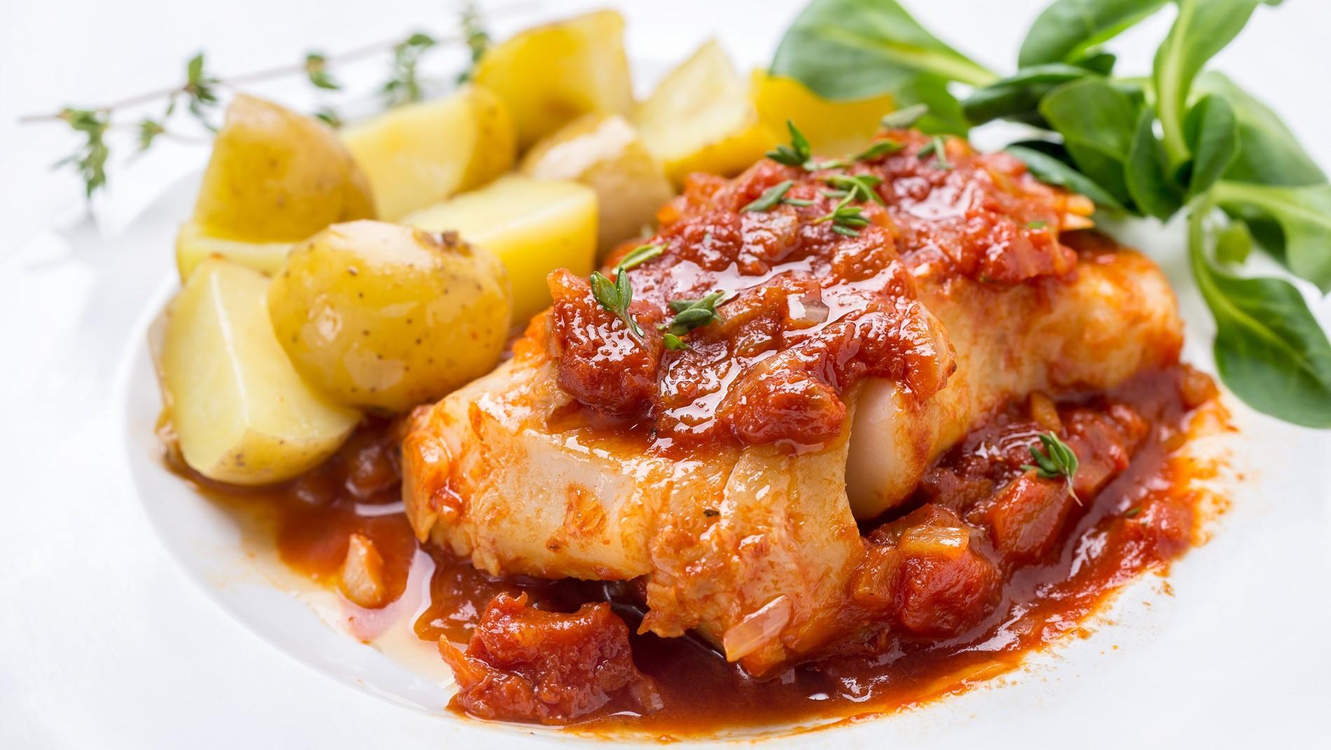 سمك الهامور بصلصة المارينارا الإيطالية