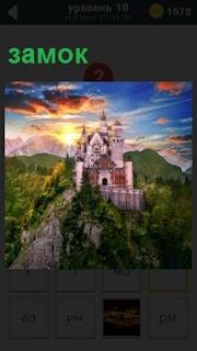 На высоком холму стоит построенный великолепный замок на фоне красочного заката в труднопроходимом месте